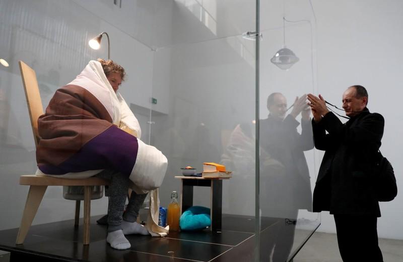 Художник решил попробовать себя в роли курицы, высиживающей яйца (10фото+1видео)