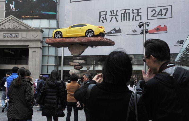 Мастер балансировки установил автомобиль на хрупкий постамент из камней (4 фото)