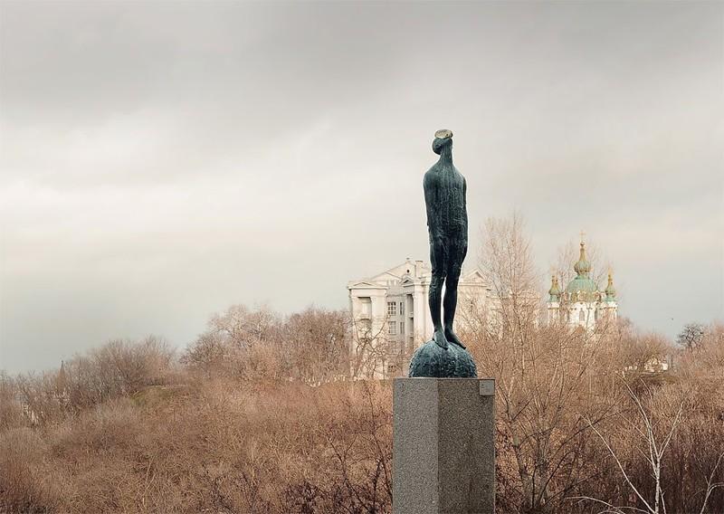 Скульптура «Дождь»: бронзовый человек с огромной каплей на лице (13фото)