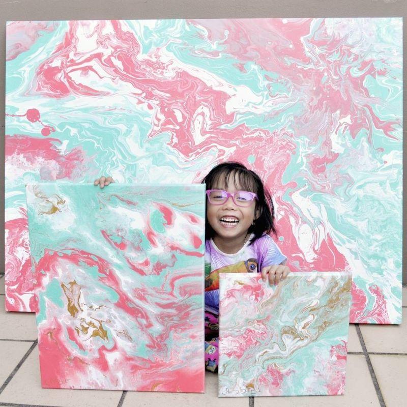 Пятилетняя художница продает свои абстрактные картины и жертвует деньги детям (7 фото)