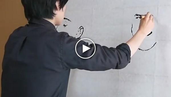 Художник рисует двумя руками два портрета одновременно